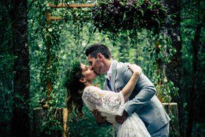 first kiss, cérémonie laïque. Aline Mercier, AM-Weddings, wedding planner Genève, Geneva, Suisse, Switzerland