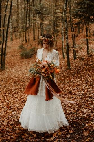 belle mariée dans les feuilles mortes