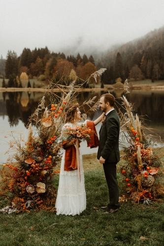 arche de mariage laïque devant le lac
