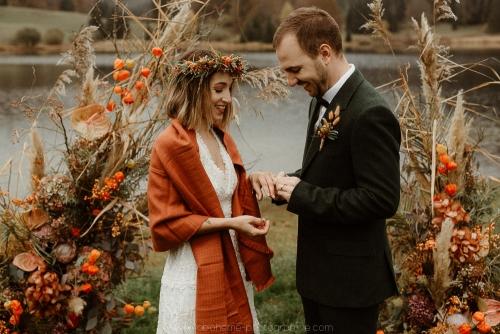 arche de mariage laïque devant le lac, décoration automnale, échange des alliances